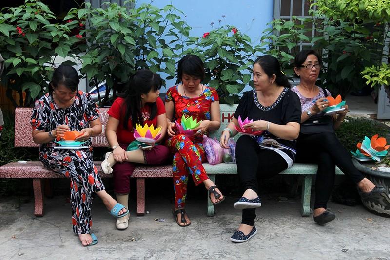 Hàng ngàn hoa đăng rực sáng sông Sài Gòn trong ngày Vu lan - ảnh 3