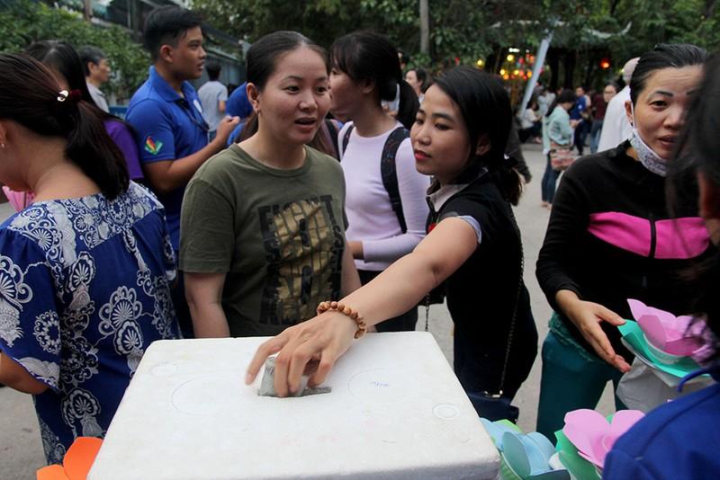 Hàng ngàn hoa đăng rực sáng sông Sài Gòn trong ngày Vu lan - ảnh 2