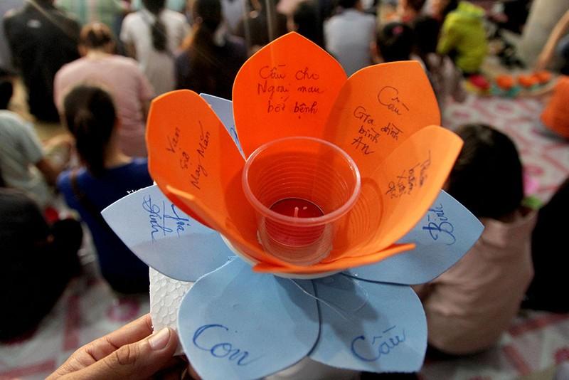 Hàng ngàn hoa đăng rực sáng sông Sài Gòn trong ngày Vu lan - ảnh 4