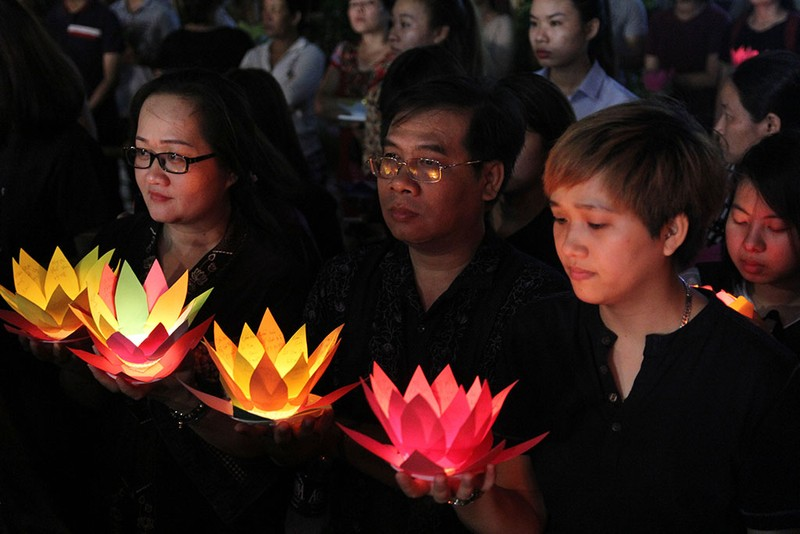Hàng ngàn hoa đăng rực sáng sông Sài Gòn trong ngày Vu lan - ảnh 9