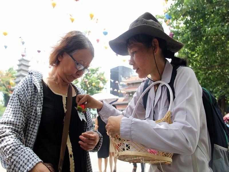 Hoa hồng cài áo cho người đến chùa trong ngày lễ Vu Lan
