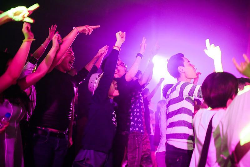 Người tham gia hòa giọng cùng các nghệ sĩ trong chương trình.
