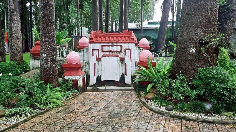 Kỳ bí khu mộ cổ hơn trăm năm trong Công viên Tao Đàn  - ảnh 1