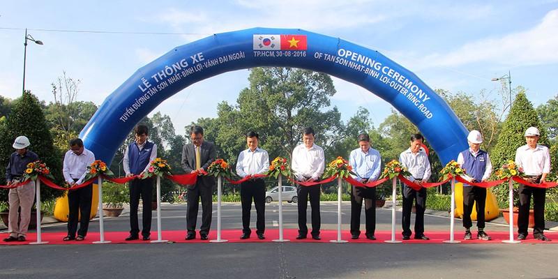 Các đại biểu thực hiện nghi thức thông xe tuyến đường Tân Sơn Nhất - Bình Lợi - Vành đai ngoài, sáng 30-8.