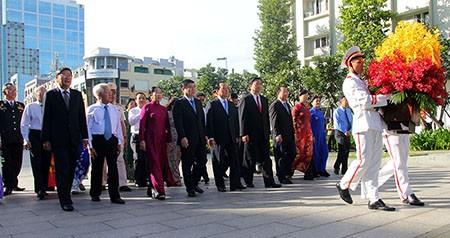 Lãnh đạo TP.HCM dâng hoa tri ân Chủ tịch Hồ Chí Minh - ảnh 1