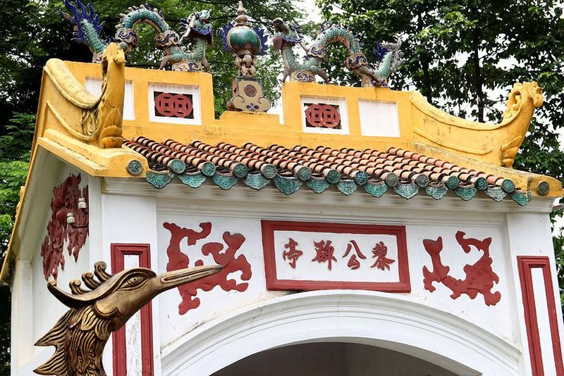 Từ nơi nhà bia nhìn vào, mộ Lê Văn Duyệt phía bên phải.