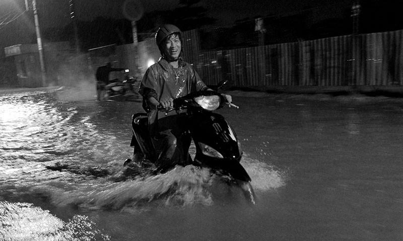 TP.HCM  mưa lớn, lại ngập nặng - ảnh 12