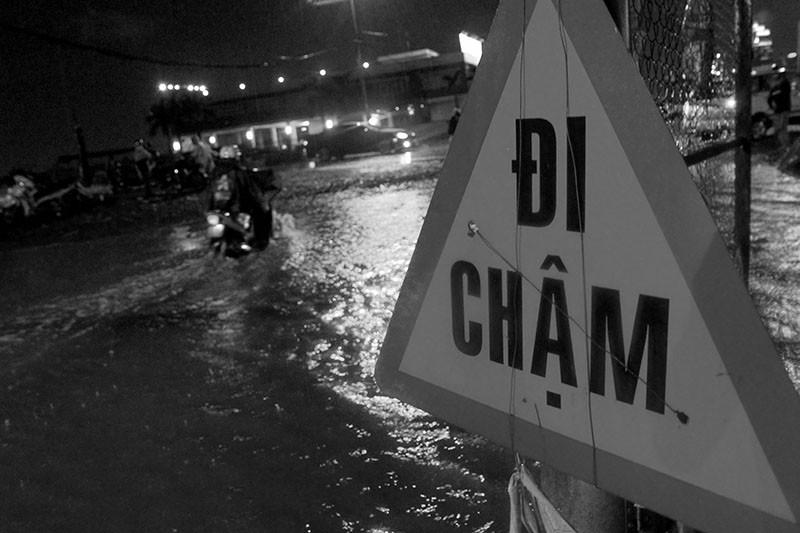 TP.HCM  mưa lớn, lại ngập nặng - ảnh 7