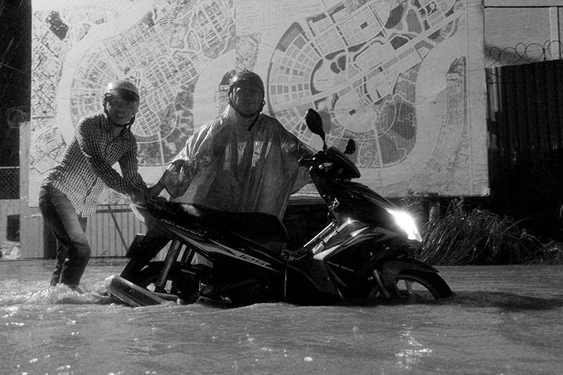 TP.HCM  mưa lớn, lại ngập nặng - ảnh 8