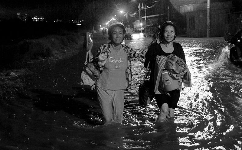 TP.HCM  mưa lớn, lại ngập nặng - ảnh 6