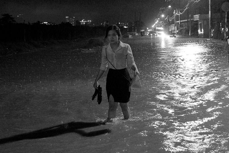 TP.HCM  mưa lớn, lại ngập nặng - ảnh 14