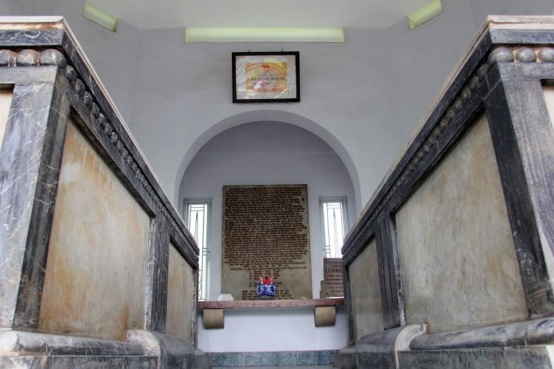 Độc đáo 2 mộ cổ xây bằng đá cẩm thạch nhập từ Pháp - ảnh 9