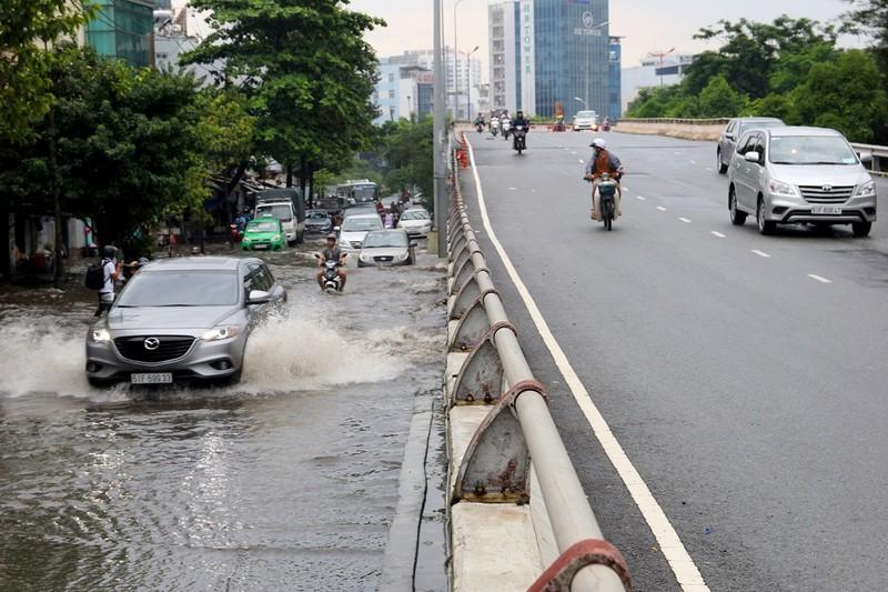 Mưa kết hợp triều cường nhấn chìm đường Nguyễn Hữu Cảnh - ảnh 17