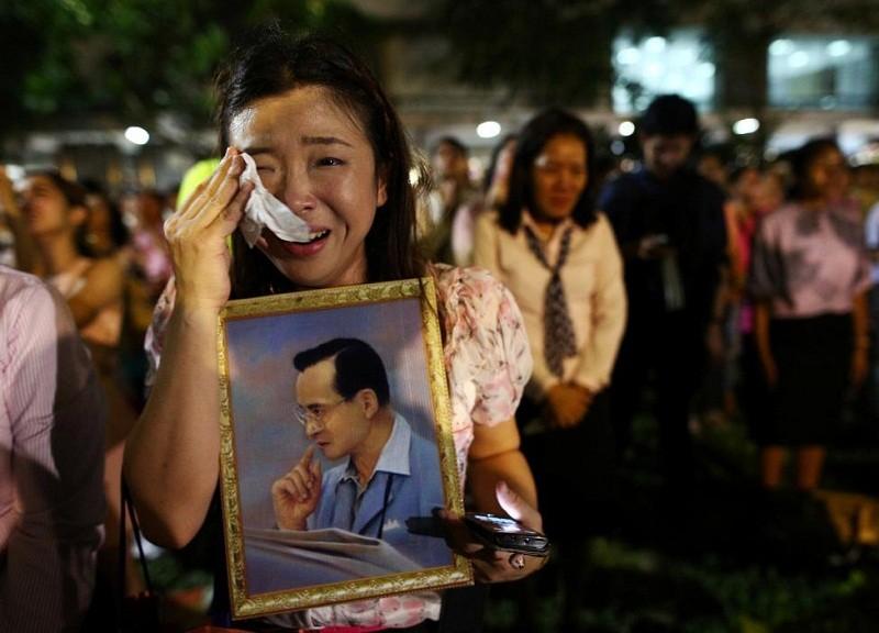 Người Thái khóc như mưa tiếc thương quốc vương - ảnh 4