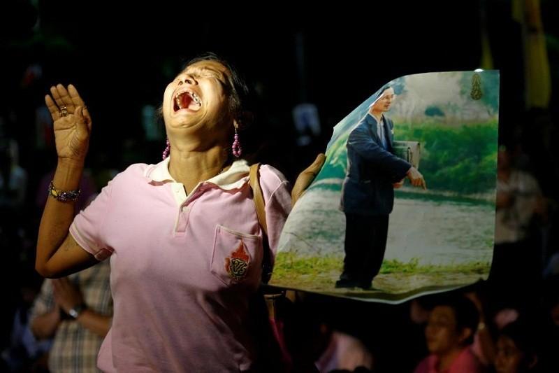 Người Thái khóc như mưa tiếc thương quốc vương - ảnh 3