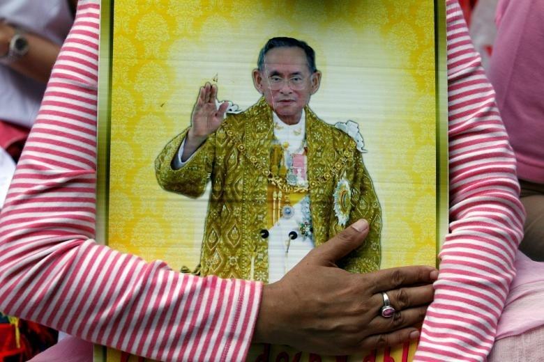 Người Thái khóc như mưa tiếc thương quốc vương - ảnh 2