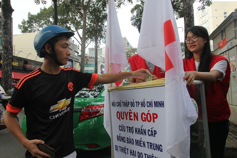 Ấm lòng người Sài Gòn quyên góp ủng hộ miền Trung - ảnh 4
