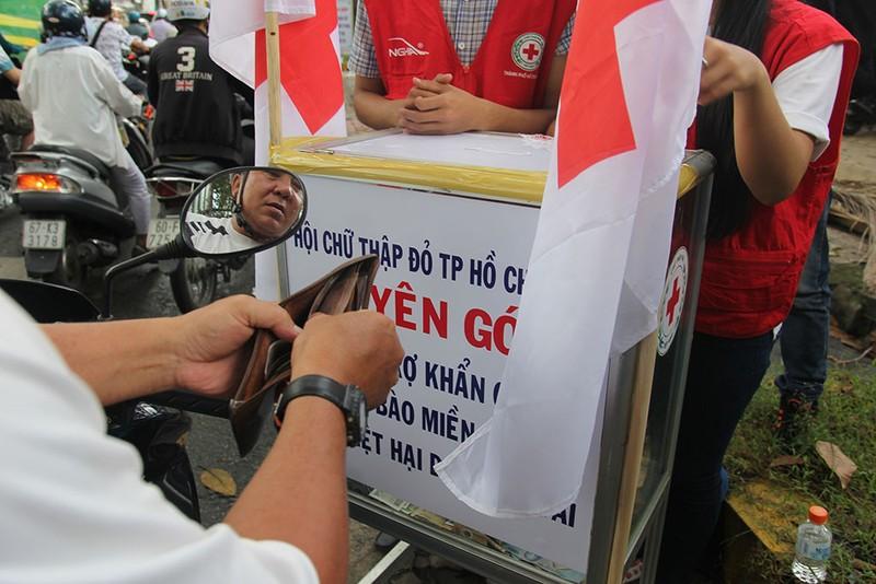 Ấm lòng người Sài Gòn quyên góp ủng hộ miền Trung - ảnh 6