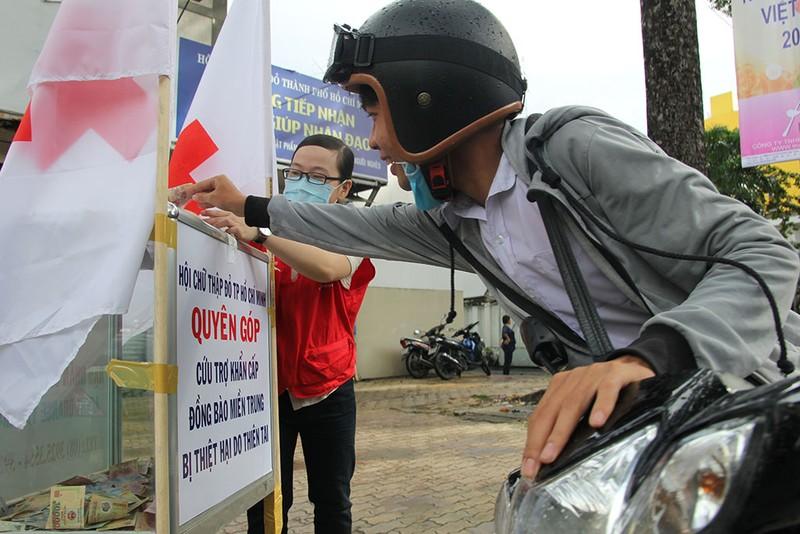 Ấm lòng người Sài Gòn quyên góp ủng hộ miền Trung - ảnh 7