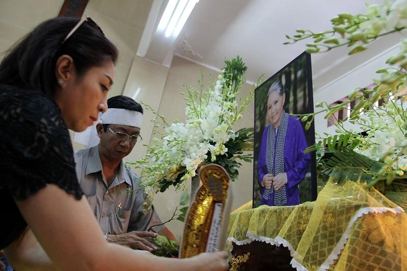 Nghệ sĩ nghẹn ngào đến viếng 'sầu nữ' Út Bạch Lan - ảnh 8