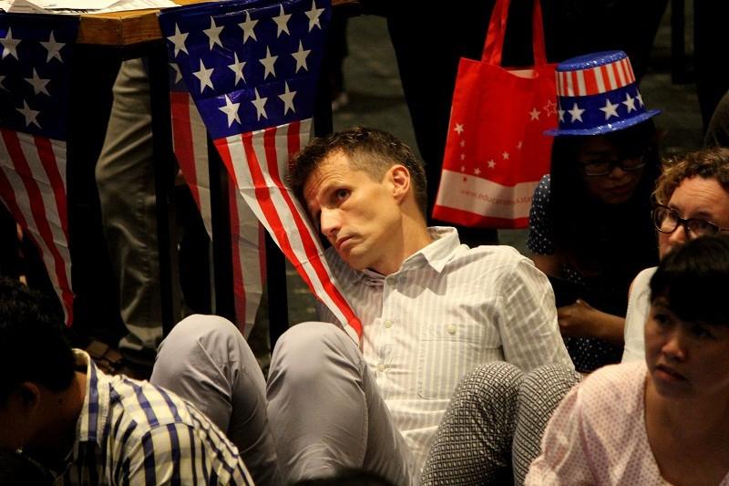 Muôn kiểu chờ đợi kết quả bầu cử tổng thống Mỹ ở TP.HCM - ảnh 12