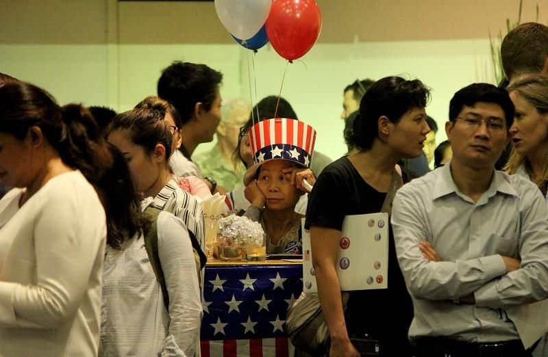 Muôn kiểu chờ đợi kết quả bầu cử tổng thống Mỹ ở TP.HCM - ảnh 17