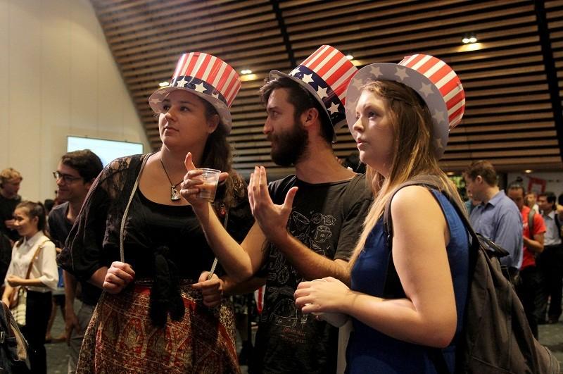 Muôn kiểu chờ đợi kết quả bầu cử tổng thống Mỹ ở TP.HCM - ảnh 4