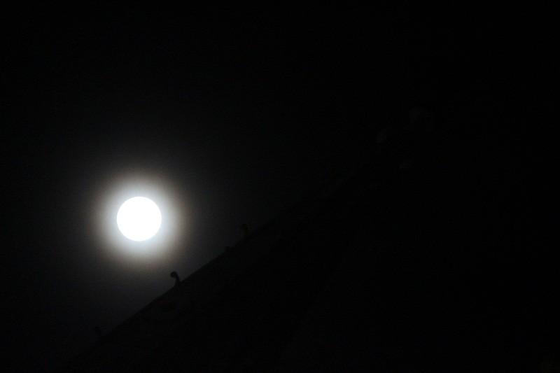 """Ngắm """"siêu trăng"""" sau 69 năm xuất hiện ở TP.HCM - ảnh 6"""
