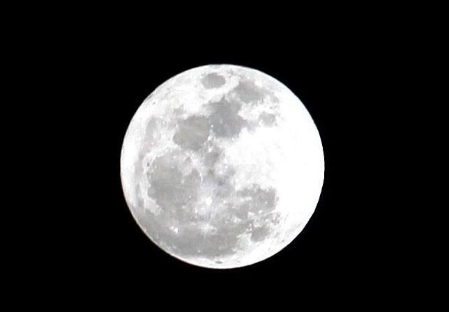 """Ngắm """"siêu trăng"""" sau 69 năm xuất hiện ở TP.HCM - ảnh 1"""