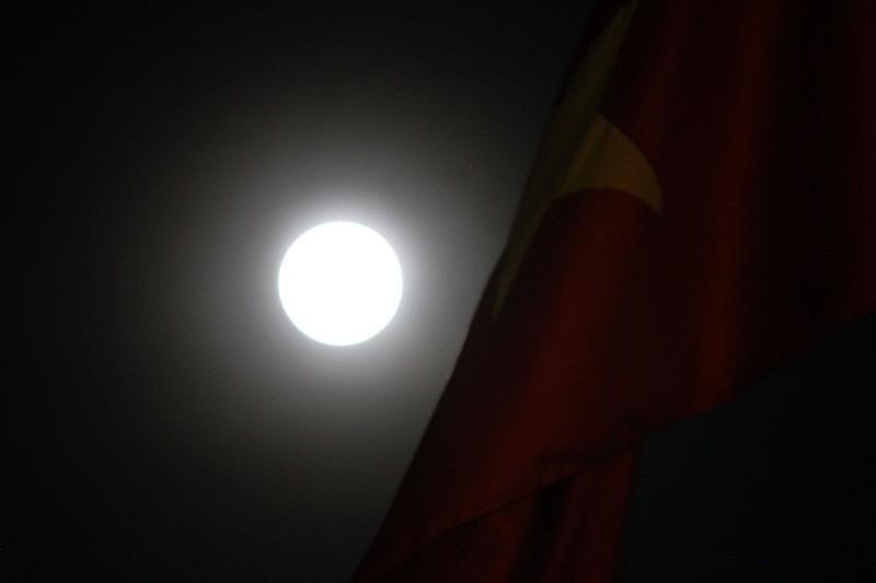 """Ngắm """"siêu trăng"""" sau 69 năm xuất hiện ở TP.HCM - ảnh 4"""