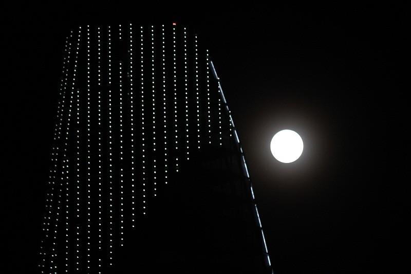 """Ngắm """"siêu trăng"""" sau 69 năm xuất hiện ở TP.HCM - ảnh 2"""