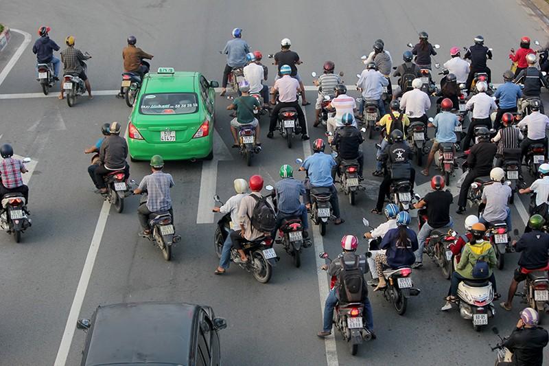 Xe máy chạy lấn hết làn ô tô trên đại lộ Phạm Văn Đồng - ảnh 9