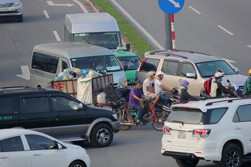 Xe máy chạy lấn hết làn ô tô trên đại lộ Phạm Văn Đồng - ảnh 13