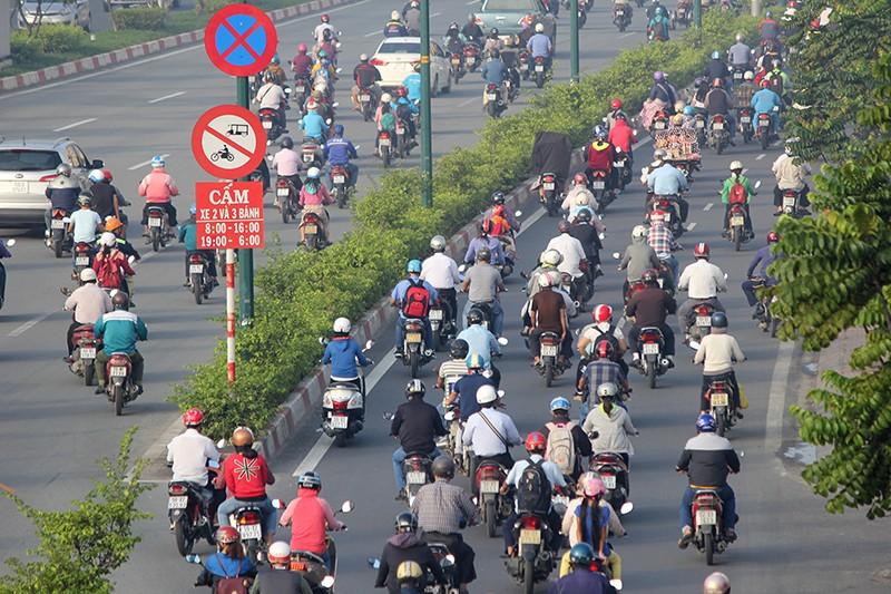 Xe máy chạy lấn hết làn ô tô trên đại lộ Phạm Văn Đồng - ảnh 12