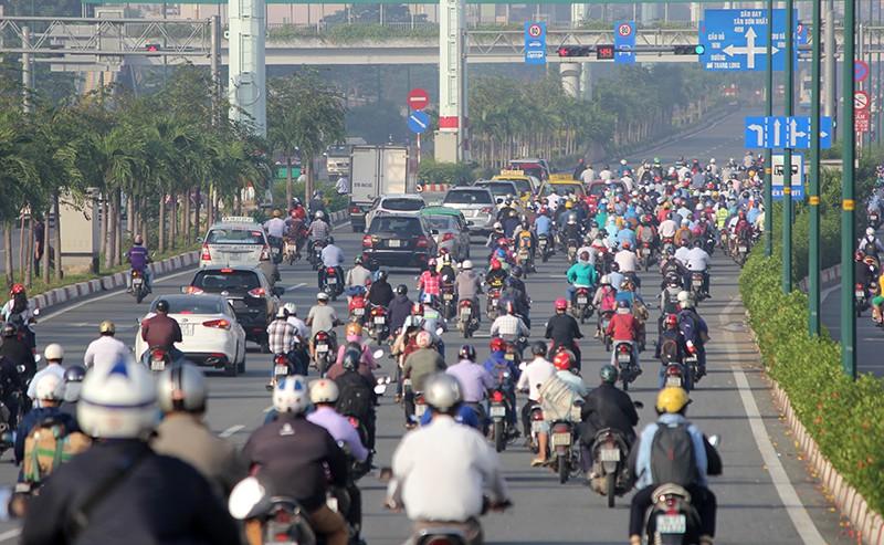 Xe máy chạy lấn hết làn ô tô trên đại lộ Phạm Văn Đồng - ảnh 16