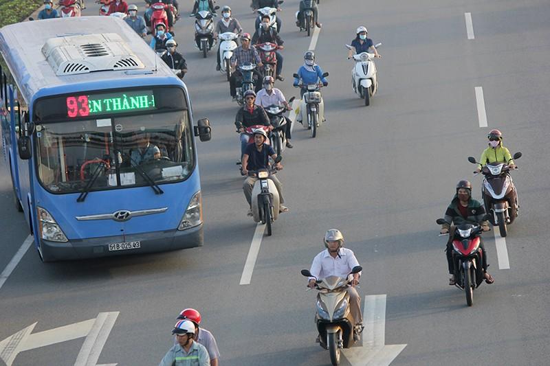 Xe máy chạy lấn hết làn ô tô trên đại lộ Phạm Văn Đồng - ảnh 10