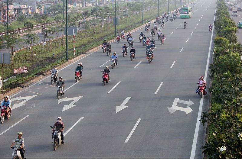 Xe máy chạy lấn hết làn ô tô trên đại lộ Phạm Văn Đồng - ảnh 6