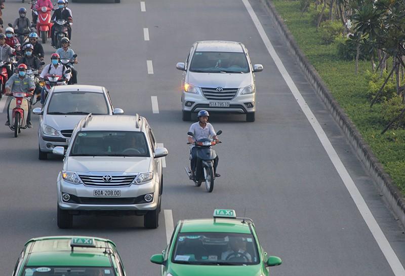 Xe máy chạy lấn hết làn ô tô trên đại lộ Phạm Văn Đồng - ảnh 8
