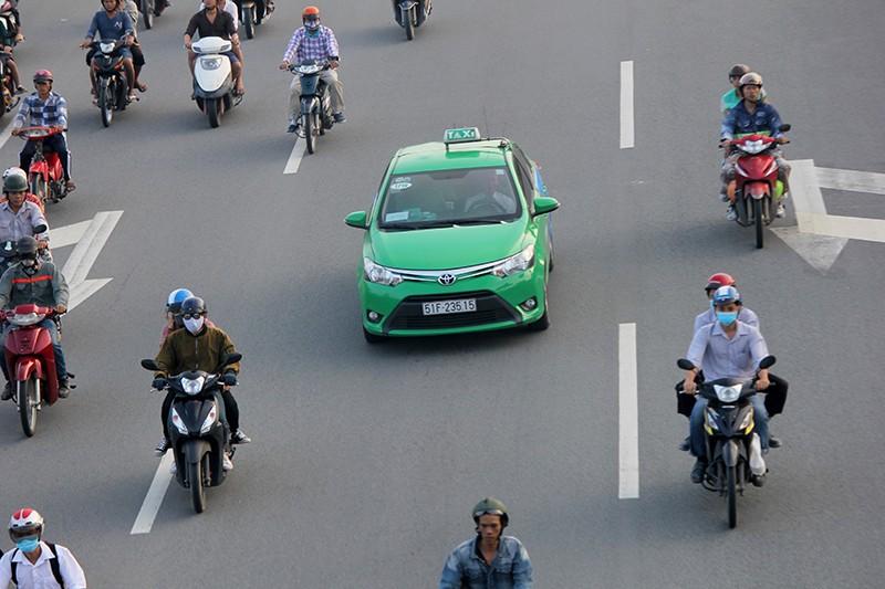 Xe máy chạy lấn hết làn ô tô trên đại lộ Phạm Văn Đồng - ảnh 7