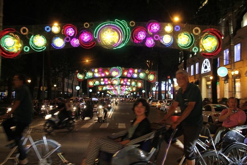 TP.HCM lung linh đèn hoa chào năm mới 2017 - ảnh 2