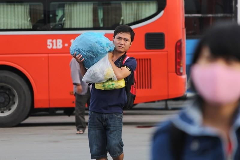Người dân lỉnh kỉnh đồ đạc trở lại TP.HCM - ảnh 10