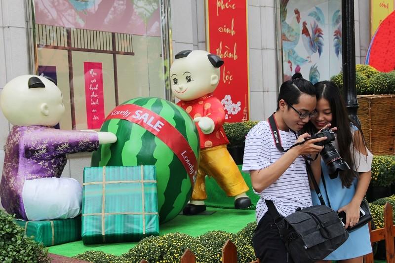 Cặp gà khổng lồ xuống phố chụp ảnh cùng người dân TP - ảnh 10