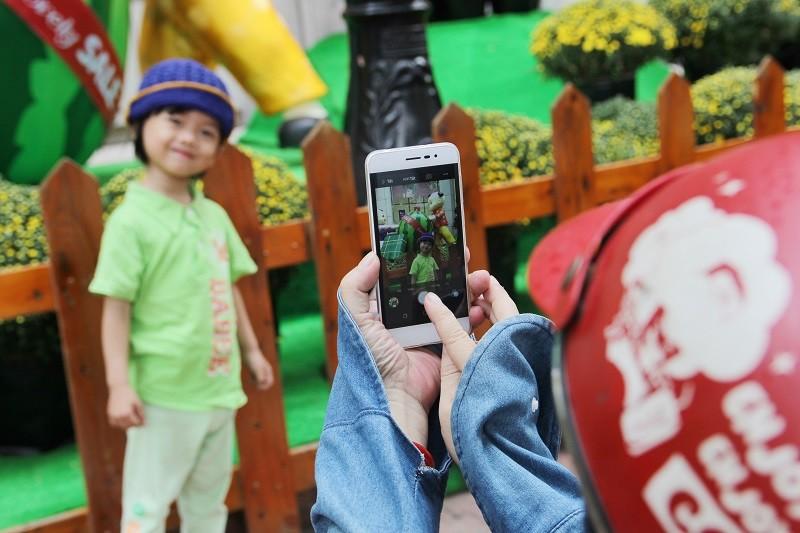 Cặp gà khổng lồ xuống phố chụp ảnh cùng người dân TP - ảnh 15