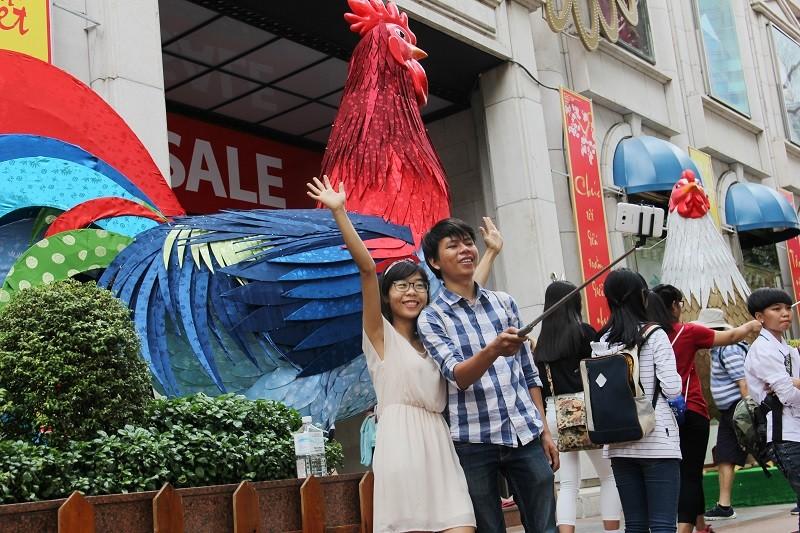 Cặp gà khổng lồ xuống phố chụp ảnh cùng người dân TP - ảnh 2