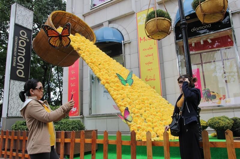 Cặp gà khổng lồ xuống phố chụp ảnh cùng người dân TP - ảnh 8