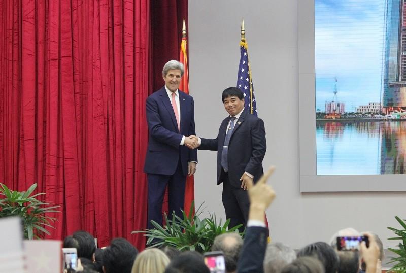 Buổi chiều bận rộn của Ngoại trưởng John Kerry ở TP.HCM - ảnh 2