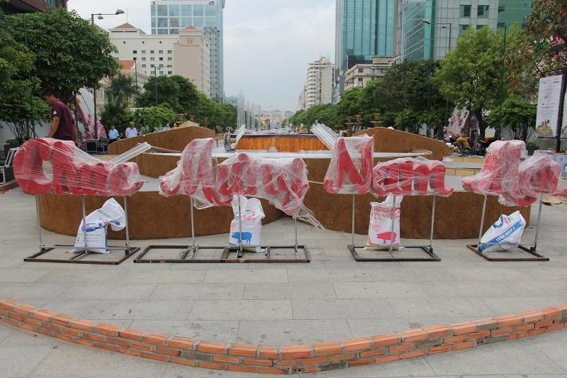 Mục kích tiến độ thi công đường hoa Nguyễn Huệ 2017 - ảnh 22