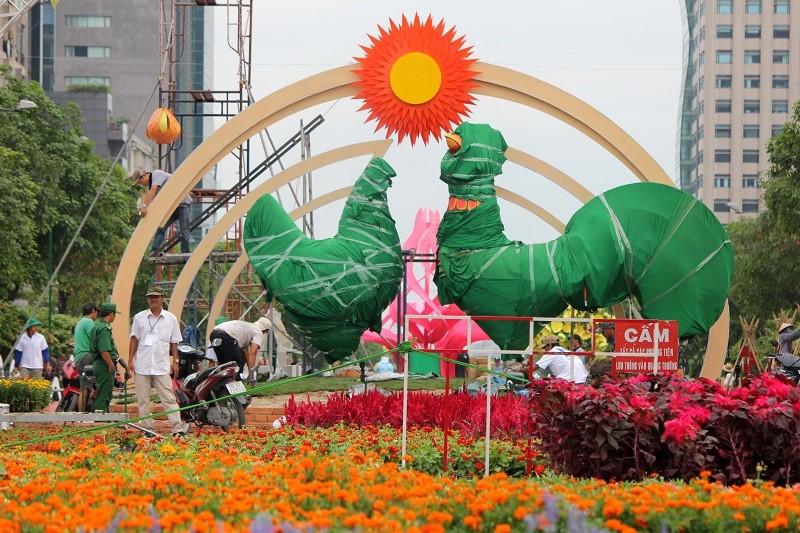 Mục kích tiến độ thi công đường hoa Nguyễn Huệ 2017 - ảnh 3
