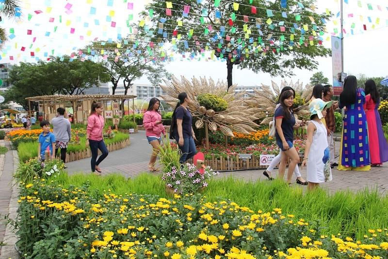 Lạ mắt vườn hoa đồng nội ở 'khu nhà giàu' - ảnh 1