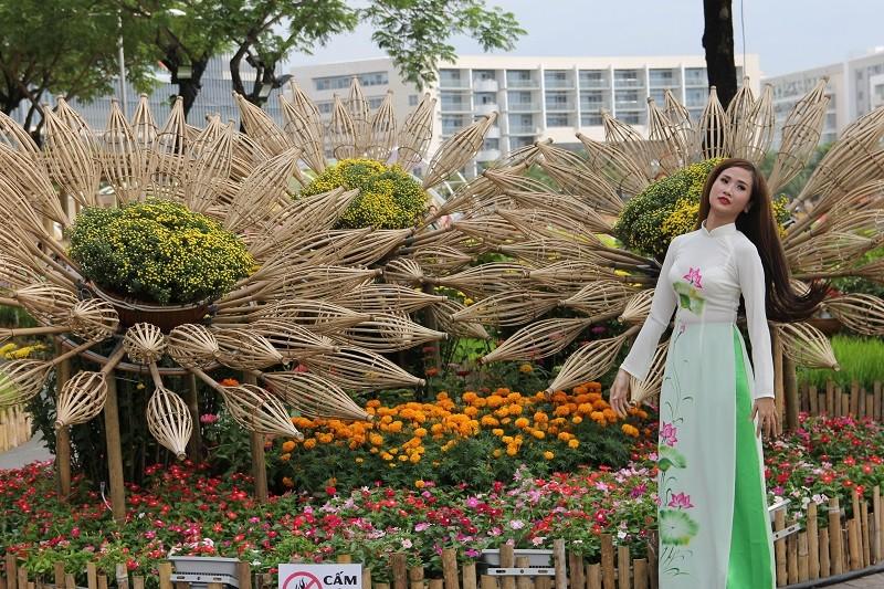 Lạ mắt vườn hoa đồng nội ở 'khu nhà giàu' - ảnh 4